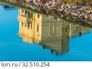 Купить «Gebäude spiegelt sich im Wasser, Symbol für Ruhe, Idylle, Meditation», фото № 32510254, снято 25 мая 2020 г. (c) age Fotostock / Фотобанк Лори