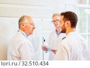 Chefarzt und Assistenzärzte in einer Besprechung in der Klinik. Стоковое фото, фотограф Zoonar.com/Robert Kneschke / age Fotostock / Фотобанк Лори