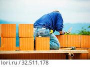 Купить «Bauarbeiter den errichten eines Rohbaus aus Ziegeln. Schwarzarbeit und Pfusch auf der Baustelle», фото № 32511178, снято 8 июля 2020 г. (c) age Fotostock / Фотобанк Лори