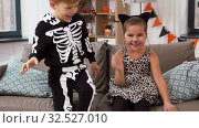 Купить «kids in halloween costumes throw candies at home», видеоролик № 32527010, снято 14 ноября 2019 г. (c) Syda Productions / Фотобанк Лори