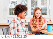 Zwei junge Frauen im multikulturellen Start-Up Team lernen zusammen im Studium. Стоковое фото, фотограф Zoonar.com/Robert Kneschke / age Fotostock / Фотобанк Лори