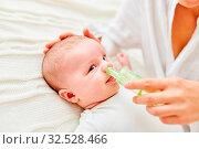Nase von einem Säugling wird mit dem Nasensauger von Schleim befreit. Стоковое фото, фотограф Zoonar.com/Robert Kneschke / age Fotostock / Фотобанк Лори