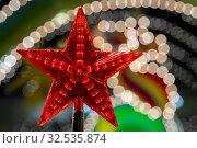 Купить «Красная звезда на новогодней елке на фоне праздничных огней ночного города на Новый год», фото № 32535874, снято 30 ноября 2019 г. (c) Николай Винокуров / Фотобанк Лори