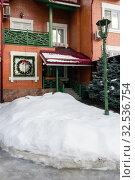 Кирпичный таунхаус, коттедж с украшениями к Новому году (2015 год). Редакционное фото, фотограф Elizaveta Kharicheva / Фотобанк Лори