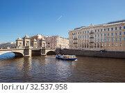 Купить «Прогулочный катер с туристами на Фонтанке возле моста Ломоносова, Санкт-Петербург», фото № 32537958, снято 18 апреля 2019 г. (c) Юлия Бабкина / Фотобанк Лори
