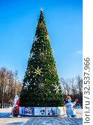 Купить «Рождественская и новогодняя ёлка, русский Дед Мороз и Снеговик морозным солнечным днём. Подмосковье», фото № 32537966, снято 12 января 2018 г. (c) Владимир Устенко / Фотобанк Лори
