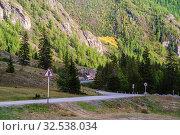 Mountain Altai, Russia - September, 13, 2019: Traffic on a section of the Chuysky tract, near the village of Aktash. Редакционное фото, фотограф Вадим Орлов / Фотобанк Лори