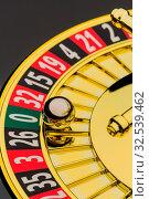 Der Zylinder eines Roulette Glücksspiel in einem Spielkasino. Gewinn und Verlust wird durch Zufall entschieden. Zahl Null, alles verloren. Стоковое фото, фотограф Zoonar.com/Erwin Wodicka / wodicka@aon.at / age Fotostock / Фотобанк Лори
