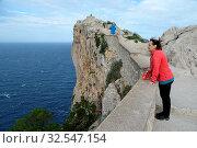 Купить «Aussichtspunkt, Cap Formentor, Mallorca, formentor, spanien, halbinsel, frau, person, mensch, wind, windig, sturm, stürmisch, meer, mittelmeer, küste, mirador», фото № 32547154, снято 1 июня 2020 г. (c) easy Fotostock / Фотобанк Лори