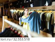 Купить «Fashionable woman buys denim shirt», фото № 32553518, снято 19 февраля 2020 г. (c) Яков Филимонов / Фотобанк Лори