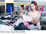 Girlfriends are choosing panties. Стоковое фото, фотограф Яков Филимонов / Фотобанк Лори
