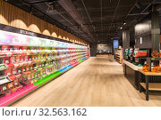Candy shop with long buffet with candy bundle and premium sweets is in Itakeskus (Itis) shopping mall. Store with self-service checkout system. Helsinki (2019 год). Редакционное фото, фотограф Кекяляйнен Андрей / Фотобанк Лори