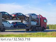 Купить «Transportation of car on semi-trailer», фото № 32563718, снято 29 мая 2016 г. (c) Юрий Бизгаймер / Фотобанк Лори
