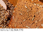 Nahaufnahme einer Scheibe Brot. Hintergrund für gesunde Ernährung. Стоковое фото, фотограф Zoonar.com/Erwin Wodicka / age Fotostock / Фотобанк Лори