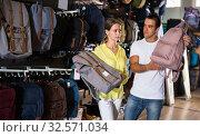 Купить «Ordinary couple choosing new backpack», фото № 32571034, снято 7 октября 2019 г. (c) Яков Филимонов / Фотобанк Лори