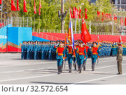 Купить «Russia, Samara, May 2017: the soldiers of the guard of honor bear the banner of Victory and Russian tricolor at the rehearsal of the Victory Parade in Samara on the Kuibyshev Square on a sunny day.», фото № 32572654, снято 7 мая 2017 г. (c) Акиньшин Владимир / Фотобанк Лори