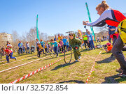 Купить «Russia, Samara, April 2017: children's relay race, together with their parents for the opening of the bike season in the city park on a spring sunny day.», фото № 32572854, снято 29 апреля 2017 г. (c) Акиньшин Владимир / Фотобанк Лори