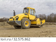 Yellow road roller at a loamy construction site. Стоковое фото, фотограф Zoonar.com/PRILL Mediendesign Fotografie / easy Fotostock / Фотобанк Лори