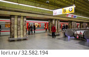 Купить «Interior of modern platform hall of Mustek station in Prague metro», видеоролик № 32582194, снято 13 октября 2019 г. (c) Яков Филимонов / Фотобанк Лори