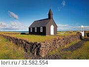 Купить «Schwarze kleine Holzkirche, Budir, Halbinsel Snæfellsnes, Westisland, Vesturland, Island, Europa», фото № 32582554, снято 1 июня 2020 г. (c) age Fotostock / Фотобанк Лори