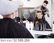 Hairdresser doing new haircut. Стоковое фото, фотограф Яков Филимонов / Фотобанк Лори