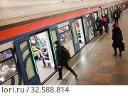 Купить «Люди и поезд на станции Московского метро», фото № 32588814, снято 7 декабря 2019 г. (c) Victoria Demidova / Фотобанк Лори