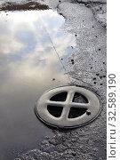Купить «Люк канализации. Санкт-Петербург», фото № 32589190, снято 8 декабря 2019 г. (c) Владимир Кошарев / Фотобанк Лори