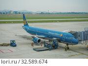 Самолет Airbus A321 (VN-A602) компании Vietnam Аирлинес готовится к вылету  в аэропорту Ной Бай пасмурным утром. Ханой, Вьетнам (2016 год). Редакционное фото, фотограф Виктор Карасев / Фотобанк Лори