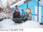 Купить «Три маленьких брата катаются на санках с горки», фото № 32607718, снято 1 января 2019 г. (c) Юлия Бабкина / Фотобанк Лори