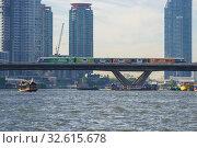 Купить «Поезд наземного метро BTS SkyTrain на мосту на фоне современных высотных зданий. Бангкок, Таиланд», фото № 32615678, снято 2 января 2019 г. (c) Виктор Карасев / Фотобанк Лори