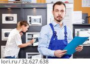 Купить «Portrait of confident man working in specialty workshop of safes», фото № 32627638, снято 17 апреля 2018 г. (c) Яков Филимонов / Фотобанк Лори
