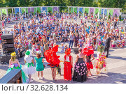 Купить «Russia Samara August 2019: Flower Festival. Spectators stand around the summer scene, where they hold a competition of costumes made of flowers.», фото № 32628134, снято 24 августа 2019 г. (c) Акиньшин Владимир / Фотобанк Лори