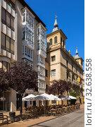 Купить «Логроньо, Испания. Здания на улице Порталес», фото № 32638558, снято 23 июня 2017 г. (c) Rokhin Valery / Фотобанк Лори