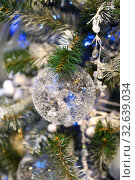 Купить «Christmas and New Year. Beautiful transparent ball on Christmas green tree», фото № 32639034, снято 13 декабря 2019 г. (c) Валерия Попова / Фотобанк Лори