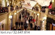Купить «Люди в ГУМе во время новогодних праздников, Москва, Россия», видеоролик № 32647814, снято 14 декабря 2019 г. (c) Наталья Волкова / Фотобанк Лори