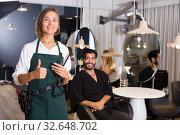 Купить «positive woman hairdresser thumbs up», фото № 32648702, снято 23 января 2020 г. (c) Яков Филимонов / Фотобанк Лори