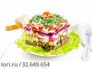Салат с говядиной и овощами на белой доске. Стоковое фото, фотограф Резеда Костылева / Фотобанк Лори
