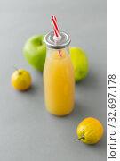 Купить «reusable glass bottle of fruit juice with straw», фото № 32697178, снято 3 мая 2019 г. (c) Syda Productions / Фотобанк Лори