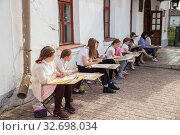 Купить «Lesson of drawing from nature», фото № 32698034, снято 15 мая 2018 г. (c) Юлия Бабкина / Фотобанк Лори