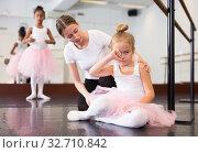 Купить «Woman supporting upset little ballerina», фото № 32710842, снято 25 октября 2019 г. (c) Яков Филимонов / Фотобанк Лори