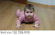 Купить «Шестимесячный ребенок лежит на полу комнаты и смотрит в камеру», видеоролик № 32726010, снято 9 декабря 2019 г. (c) Кекяляйнен Андрей / Фотобанк Лори