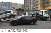 Купить «Tow-car loads suv for parking violations. Illegal parking on pedestrian pathway. Tow truck works under Russian policeman direction», видеоролик № 32726042, снято 2 октября 2019 г. (c) Кекяляйнен Андрей / Фотобанк Лори