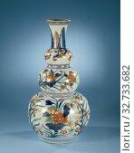 Купить «Triple gourd vase painted in Japanese style with large flower sprays, Knob vase of porcelain with three nodules and spreading neck, painted in underglaze...», фото № 32733682, снято 2 июля 2020 г. (c) age Fotostock / Фотобанк Лори
