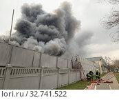 Купить «Пожарная команда тушит большой пожар», фото № 32741522, снято 13 декабря 2019 г. (c) Кузнецов Максим / Фотобанк Лори