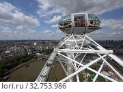 London, Great Britain, people enjoy the view over the city from a gondola of the London Eye (2017 год). Редакционное фото, агентство Caro Photoagency / Фотобанк Лори