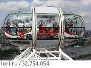 London, Great Britain, people in a gondola of the London Eye (2017 год). Редакционное фото, агентство Caro Photoagency / Фотобанк Лори