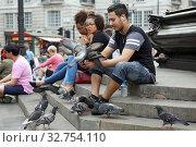 London, Great Britain, man feeding pigeons in Trafalgar Square (2017 год). Редакционное фото, агентство Caro Photoagency / Фотобанк Лори
