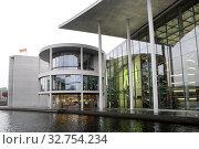 Berlin, Germany, view of the Paul-Loebe-Haus from the Spree (2017 год). Редакционное фото, агентство Caro Photoagency / Фотобанк Лори
