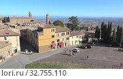 Купить «Вид на автомобильную стоянку у въезда в историческую часть города Монтальчино. Тоскана, Италия», видеоролик № 32755110, снято 20 сентября 2017 г. (c) Виктор Карасев / Фотобанк Лори