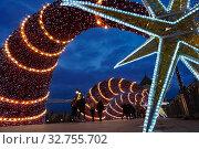 Купить «Москва. Новогоднее украшение Патриаршего моста возле храма Христа Спасителя», фото № 32755702, снято 21 декабря 2019 г. (c) Юлия Перова / Фотобанк Лори